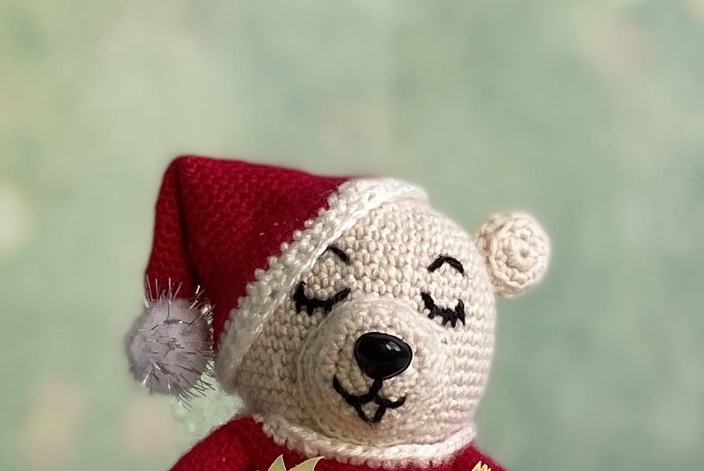 Singing Christmas bear crochet pattern face